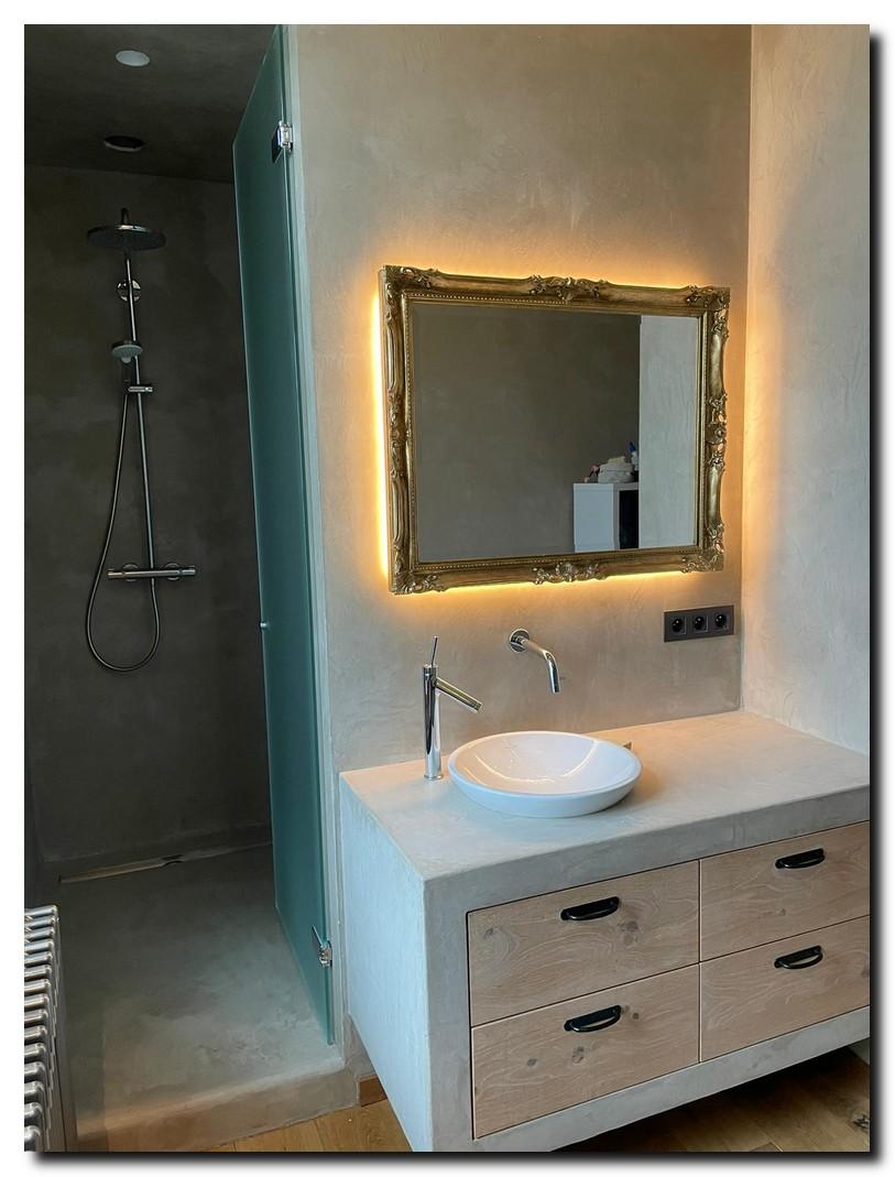 http://foto.barokspiegel.nl/adriane/Barok-spiegel-adriane-in-badkamer-met-ledstrips-achter-spiegel-(1).jpg