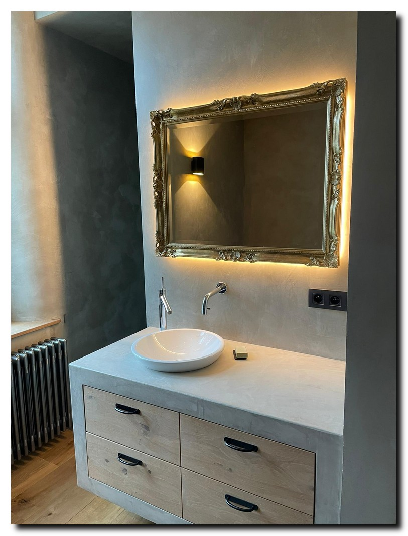 http://foto.barokspiegel.nl/adriane/Barok-spiegel-adriane-in-badkamer-met-ledverlichting-achter-spiegel-(3).jpg
