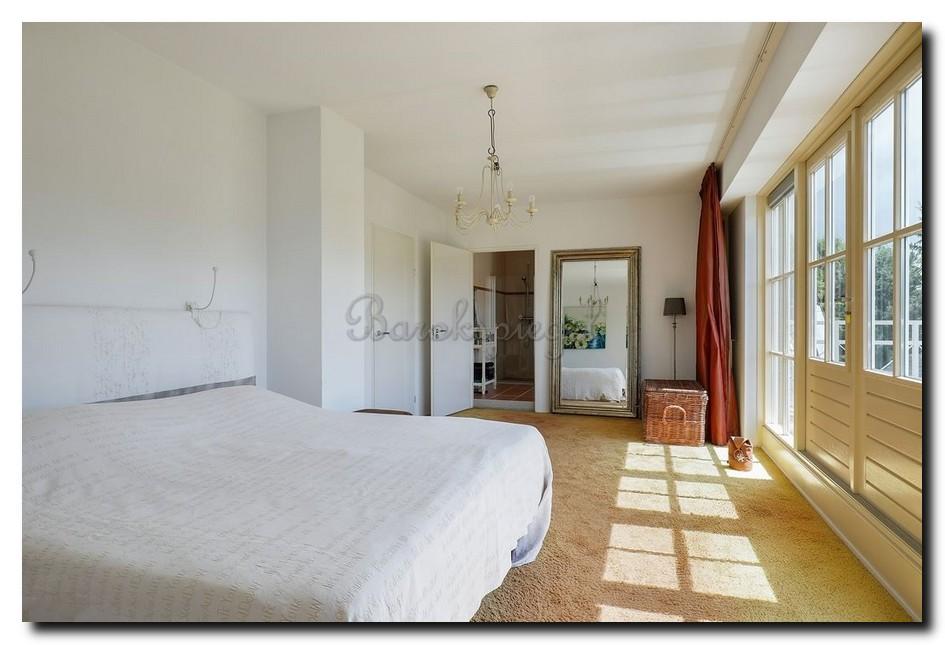 Grote-klassieke-spiegel-in-slaapkamer-staand-op-de-vloer