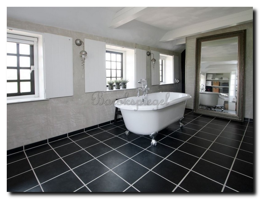 Grote-klassieke-spiegel-oud-zilver-staand-op-de-vloer-in-grote-badkamer
