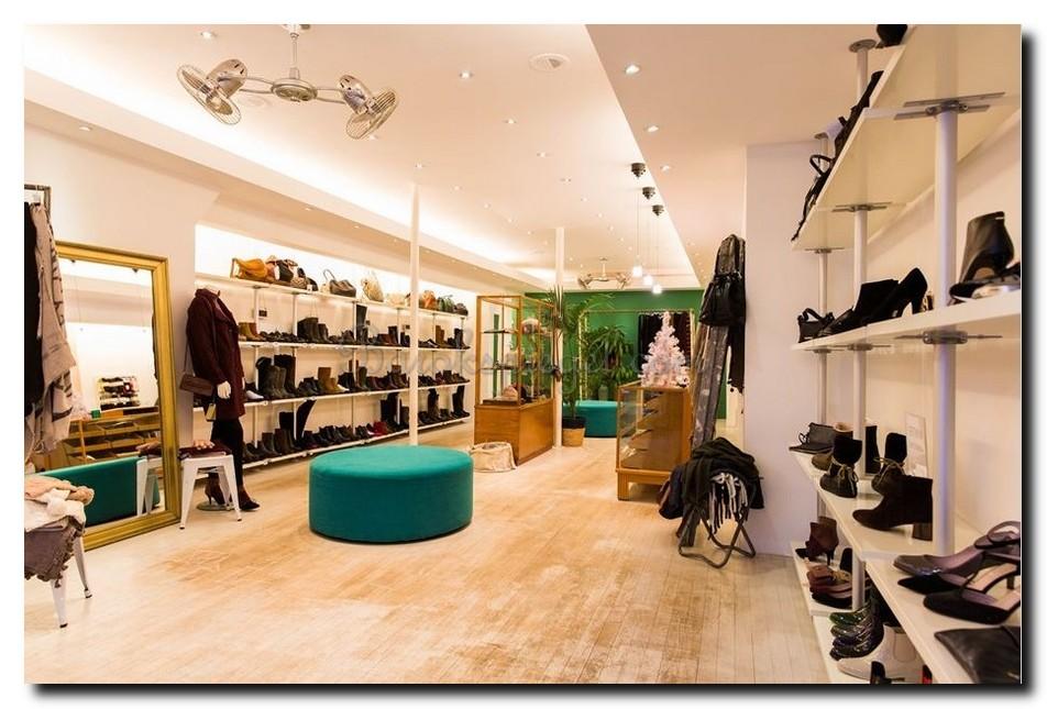 http://foto.barokspiegel.nl/algemeen/Grote-passpiegel-moderne-gouden-lijst-in-schoenenwinkel