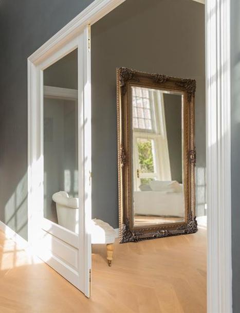 http://foto.barokspiegel.nl/amadeo/Mega-grote-barok-spiegel-goud-in-woonkamer-staand-op-de-vloer