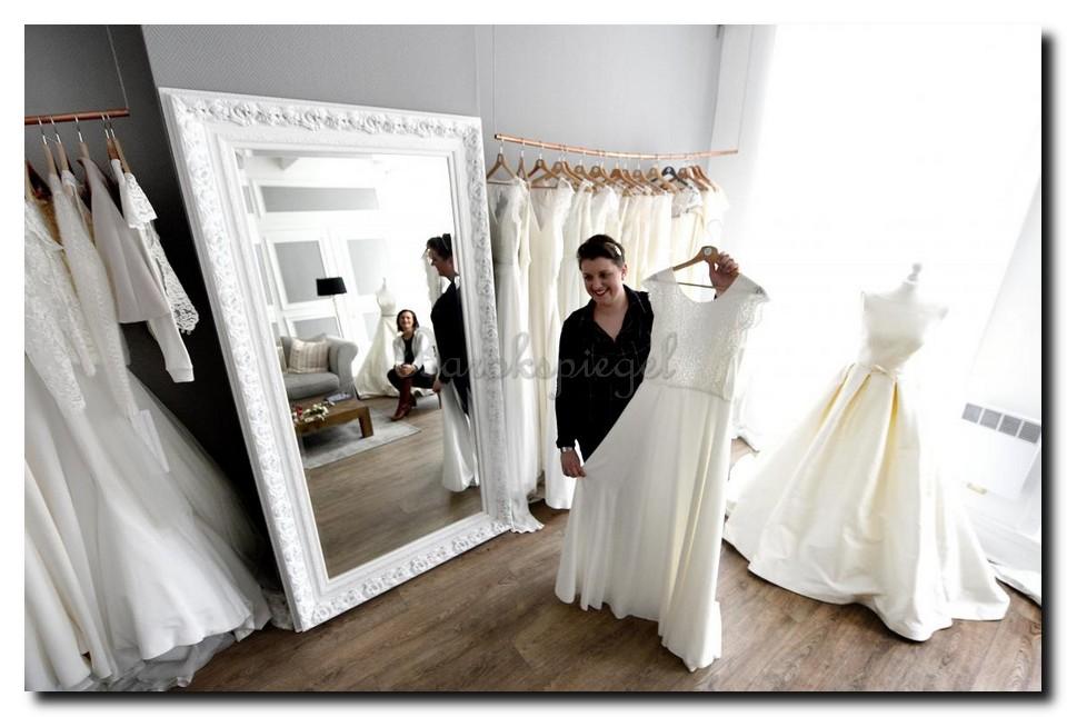 http://foto.barokspiegel.nl/antonio/Mega-grote-barok-spiegel-wit-in-bruidsmodezaak