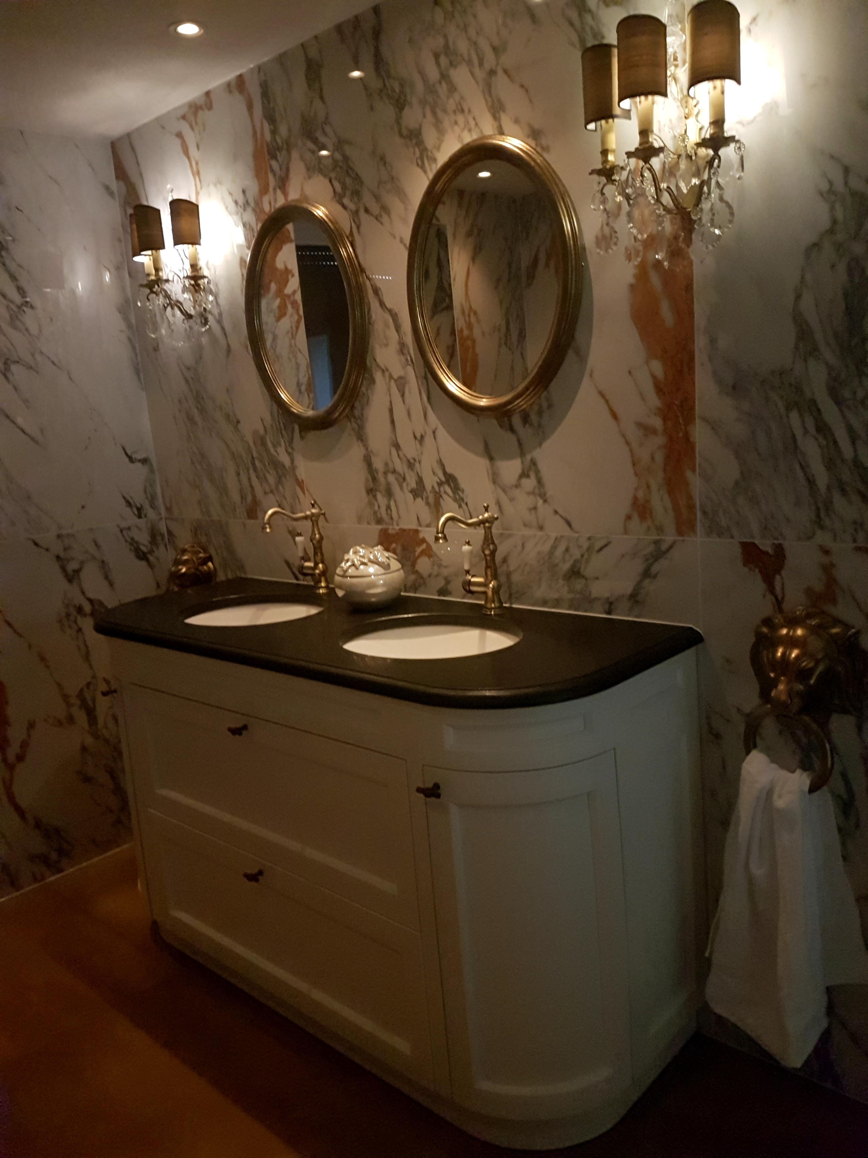 http://foto.barokspiegel.nl/benedetta/Twee-ovale-spiegels-in-badkamer-op-marmer-muur-ovaal-spiegel.jpg