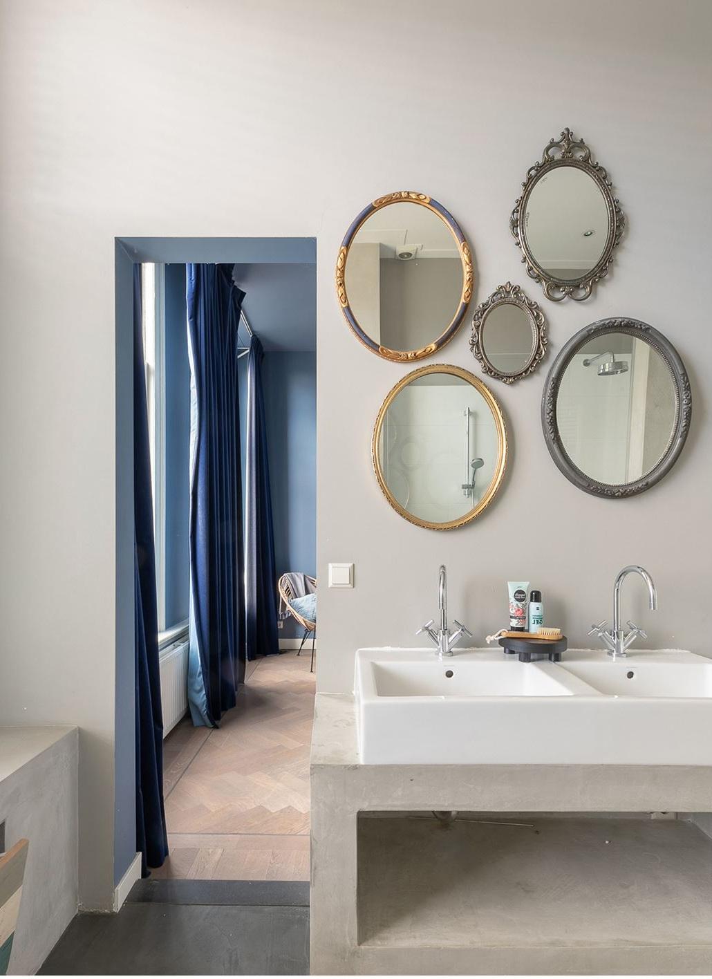 http://foto.barokspiegel.nl/blog/Meerdere-ronde-spiegels-in-de-badkamer-boven-wastafel.jpg