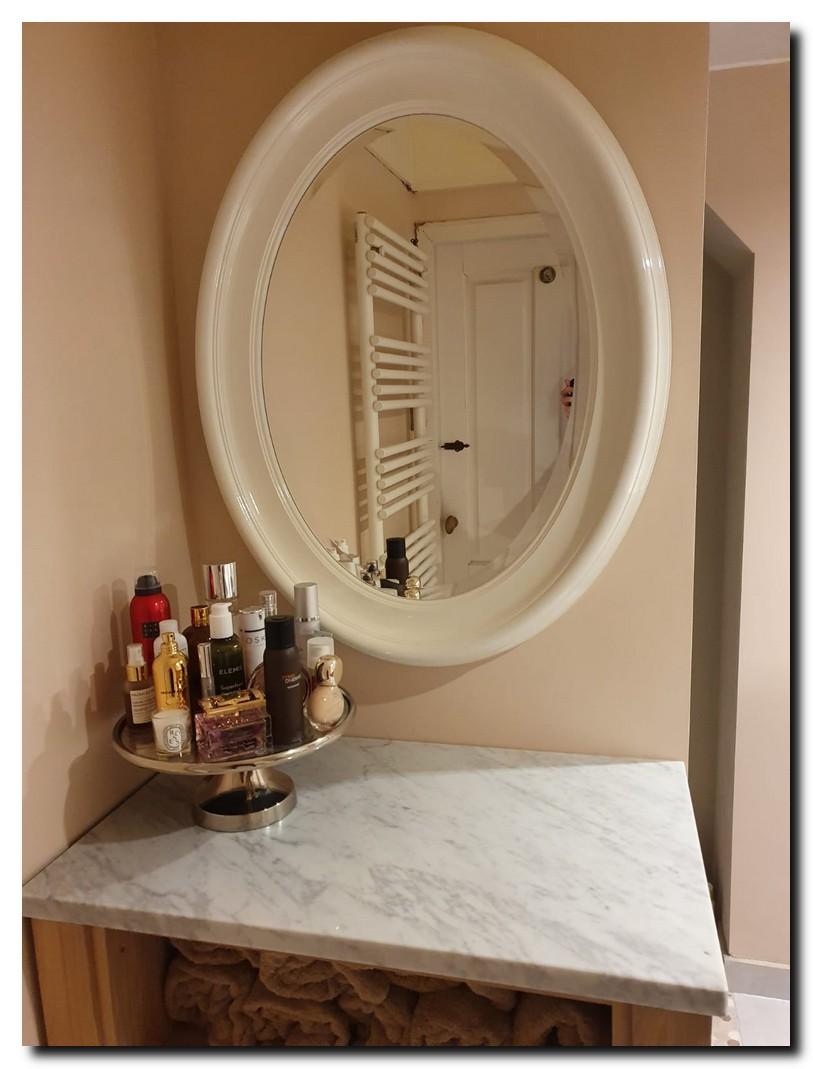 http://foto.barokspiegel.nl/brigida/Ovale-spiegel-wit-in-badkamer-brede-rond-moderne-witte-spiegel.jpg