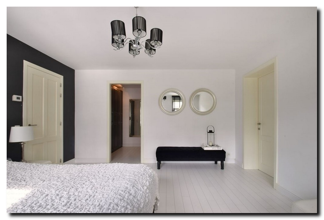 http://foto.barokspiegel.nl/brunella/Ronde-spiegel-zilveren-rand-modern-klassiek-in-slaapkamer.jpg
