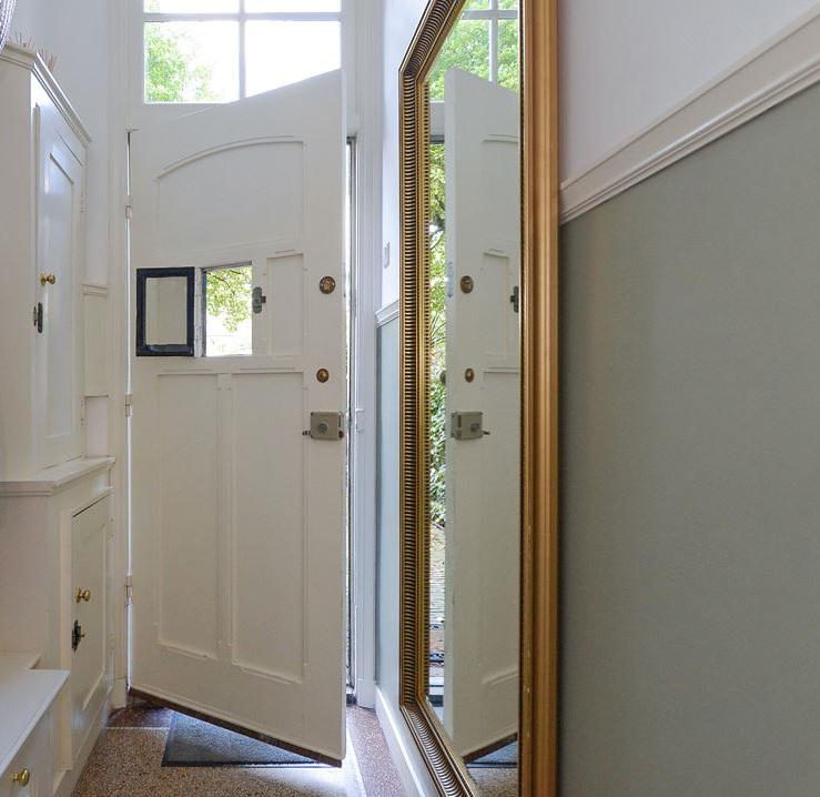 http://foto.barokspiegel.nl/cesarino/Grote-klassieke-spiegel-passpiegel-wandspiegel-in-hal-entree.jpg
