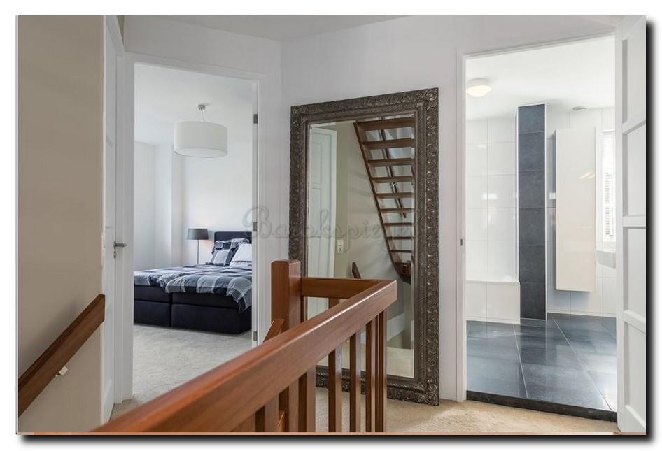 Grote-staande-barok-spiegel-vloerspiegel-antiekzilver-in-hal