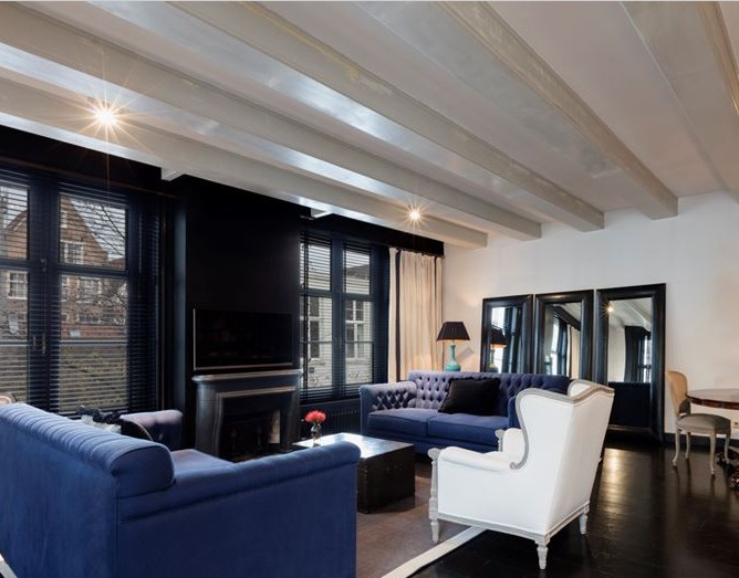 http://foto.barokspiegel.nl/enzo/Meerdere-3-spiegels-drie-grote-zwarte-spiegels-naast-elkaar-in-de-woonkamer.jpg