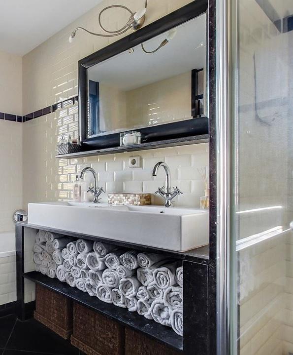 http://foto.barokspiegel.nl/enzo/Zwarte-moderne-spiegel-hoogglans-zwart-in-badkamer.jpg