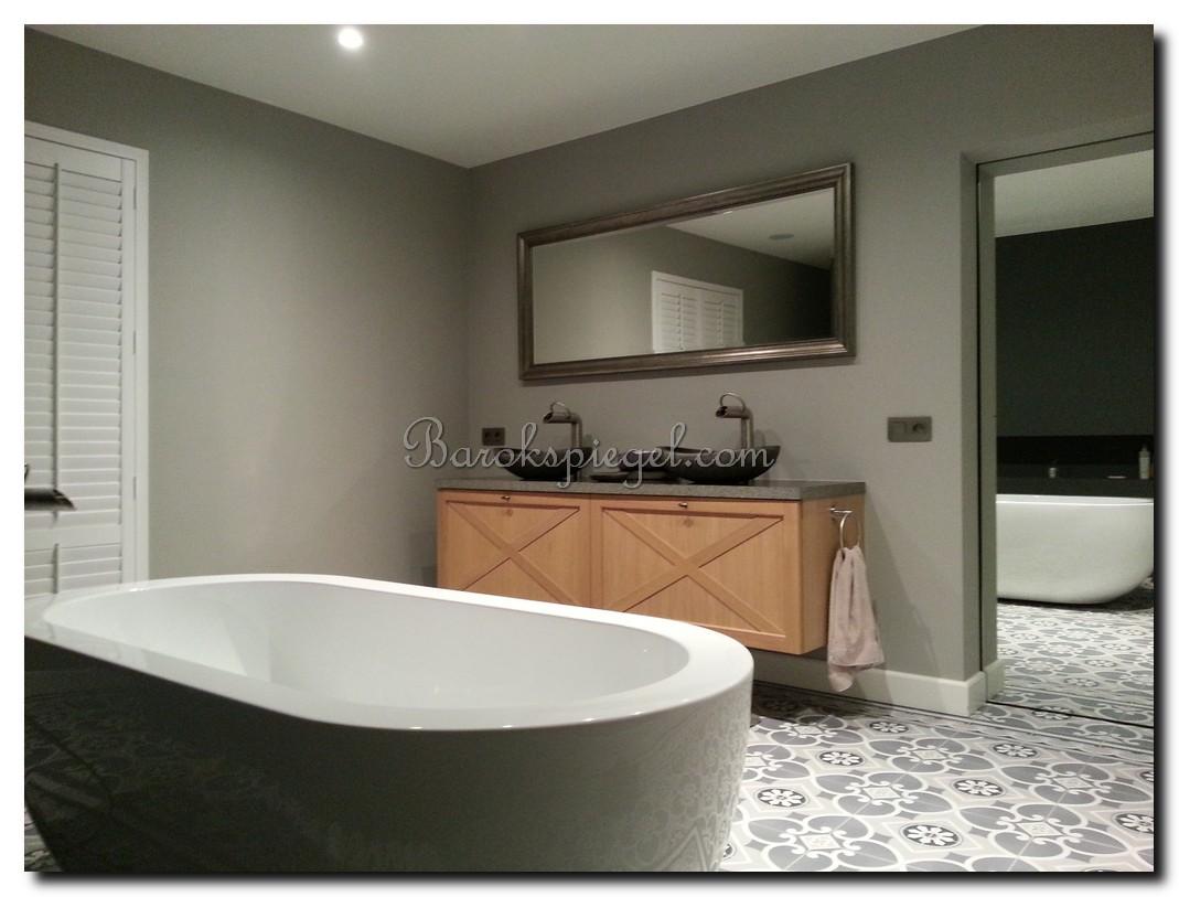 http://foto.barokspiegel.nl/nino/Klassieke-spiegel-met-parel-antiekzilver-in-badkamer