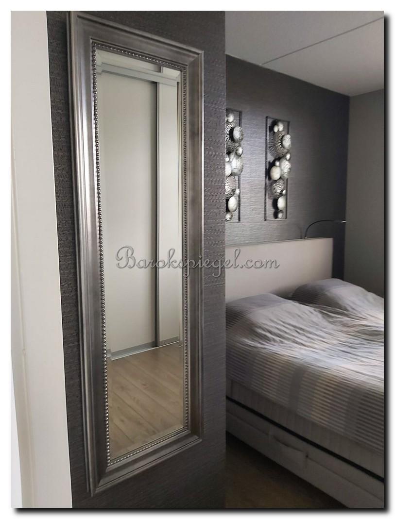 http://foto.barokspiegel.nl/nino/Passpiegel-modern-klassiek-met-parel-kralen-rand-kraal-in-slaapkamer-antiek-zilver