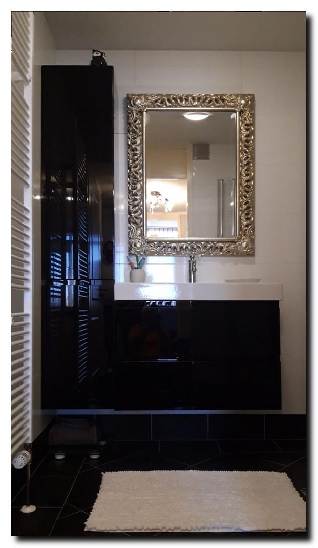 Exclusieve zilveren spiegel in badkamer