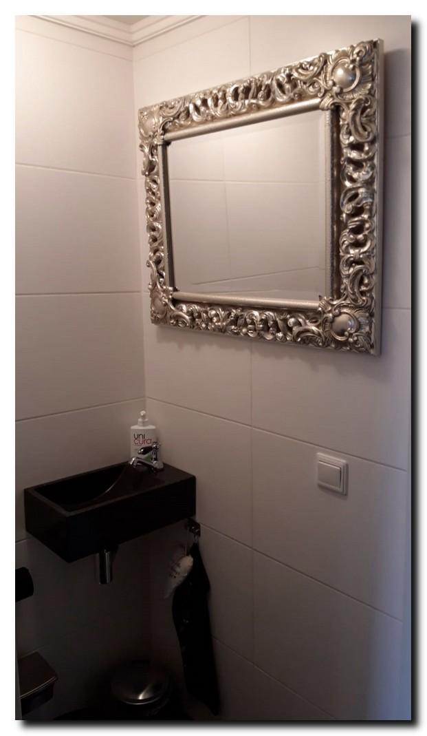 Luxe zilveren spiegel in toilet ruimte