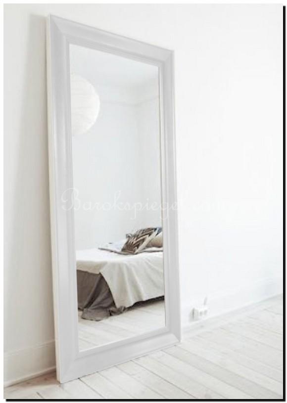 grote witte spiegel in slaapkamer