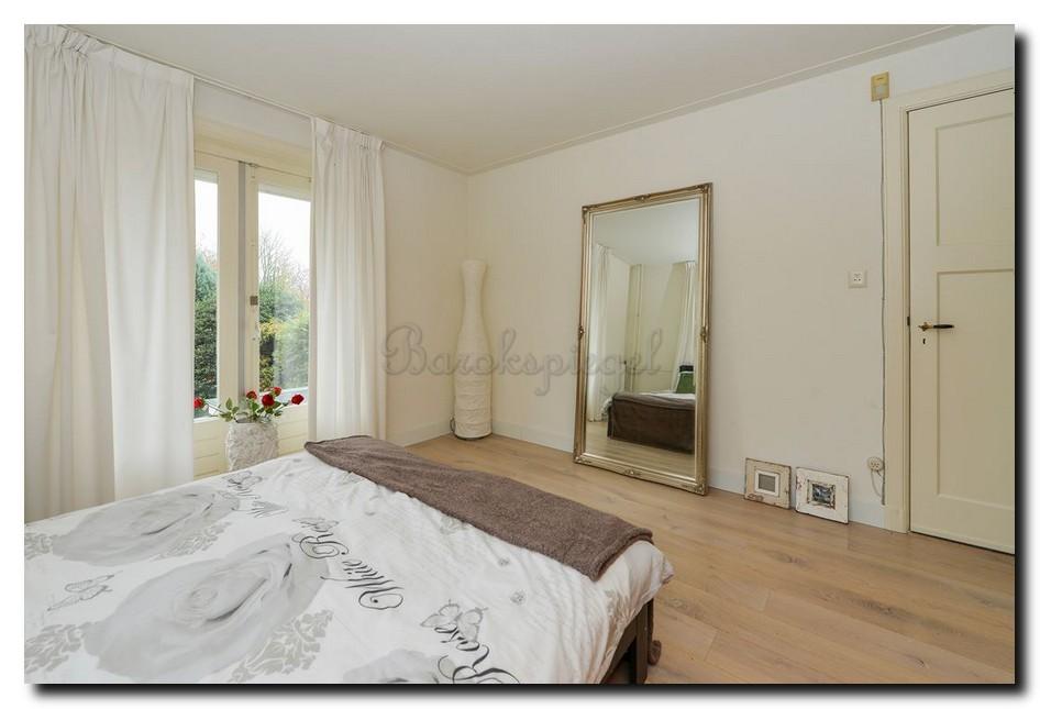 Grote-barok-spiegel-zilver-in-slaapkamer