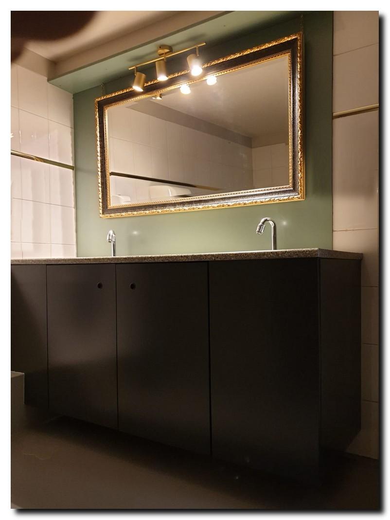 http://foto.barokspiegel.nl/ponzio/Grote-wandspiegel-in-badkamer-toilet-ruimte-zwart-met-goud-barok.jpg