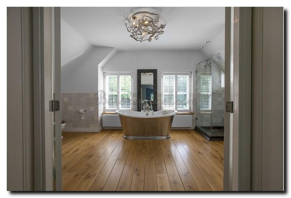Grote-staande-spiegel-zwarte-lijst-hem01-achter-losstaand-bad-in-badkamer