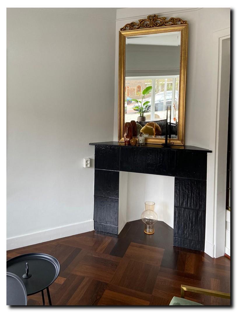 http://foto.barokspiegel.nl/rufino/Gouden-spiegel-met-kuif-boven-zwarte-schouw-in-jaren-30-woonkamer.jpg
