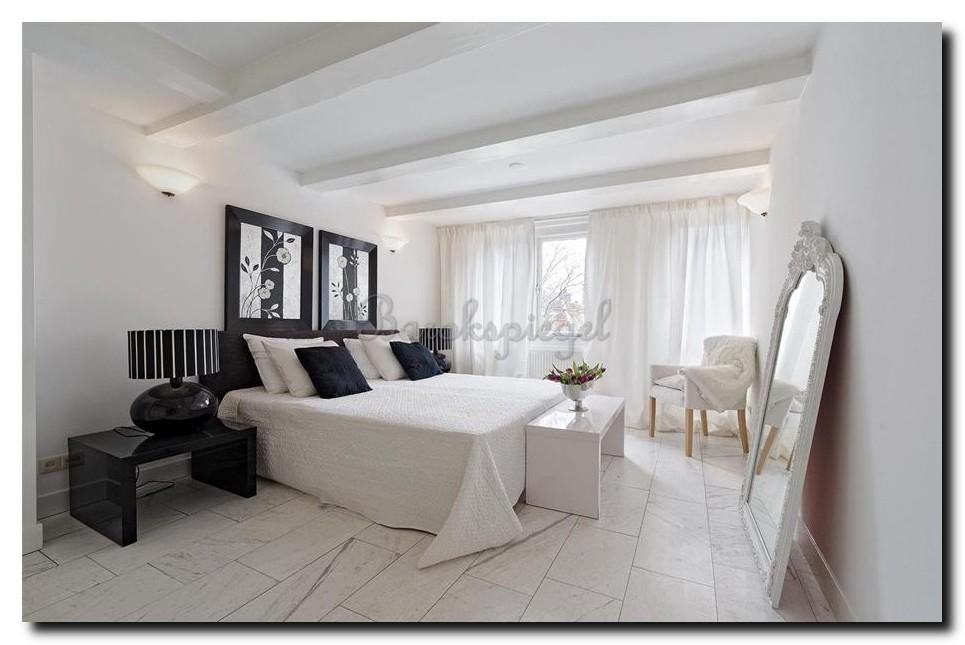 Grote-witte-kuifspiegel-Rufino-in-slaapkamer-romantisch