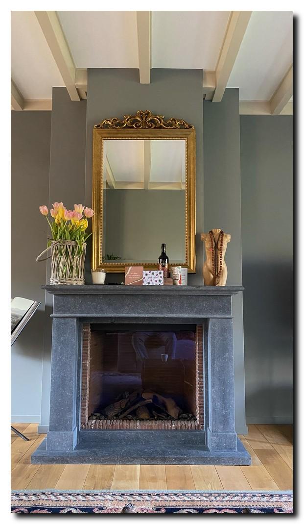 http://foto.barokspiegel.nl/rufino/Kuifspiegel-schouwspiegel-antiekgoud-boven-open-haard-zwarte-schouw-op-donkere-grijze-muur(3).jpg