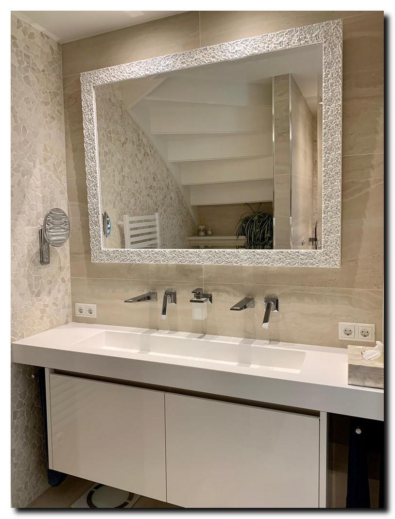Witte design spiegel in badkamer