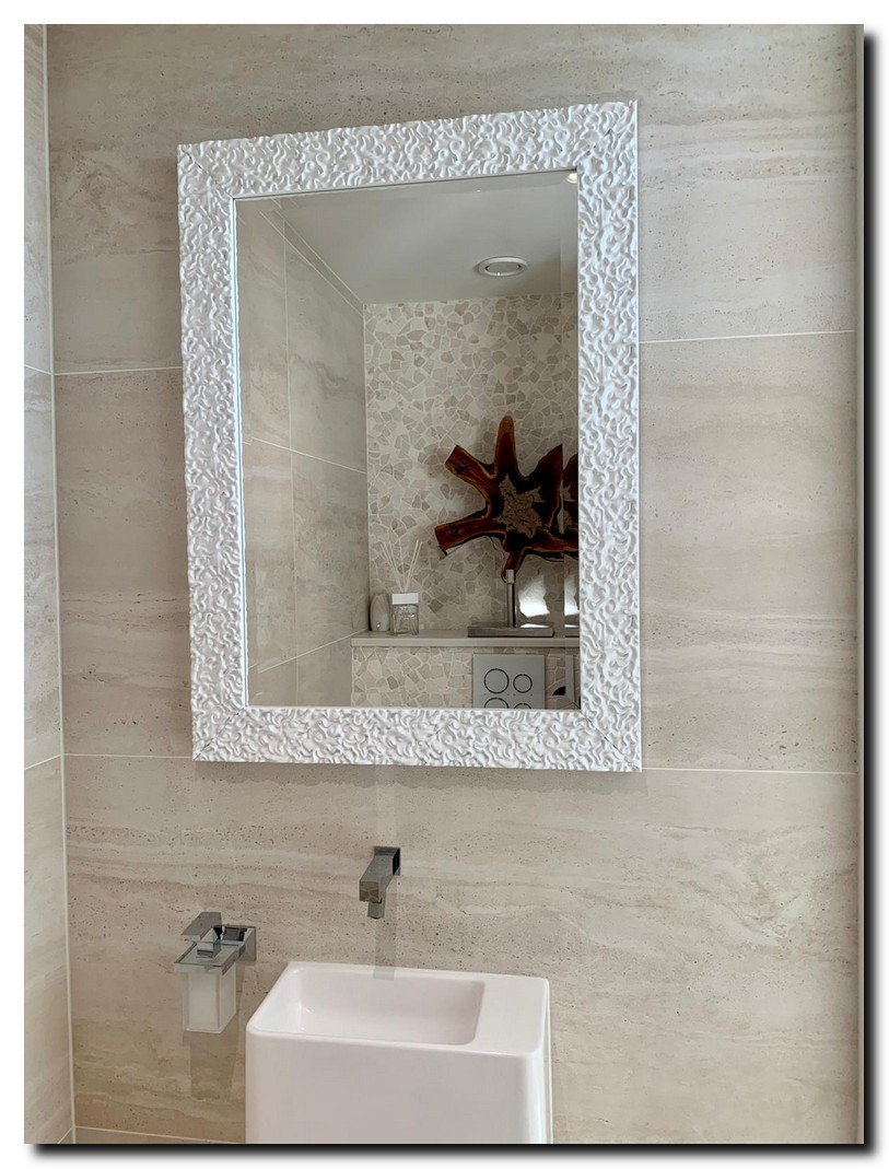 Witte design spiegel in toilet ruimte wc