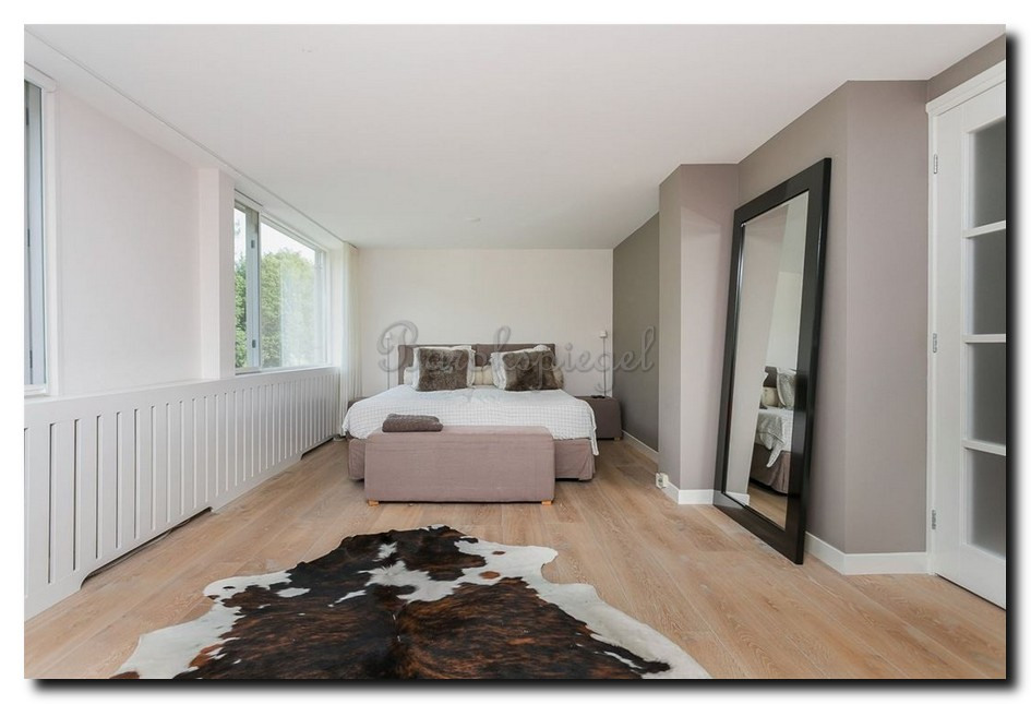 http://foto.barokspiegel.nl/speranza/Hoogglans-zwarte-vloerspiegel-in-slaapkamer