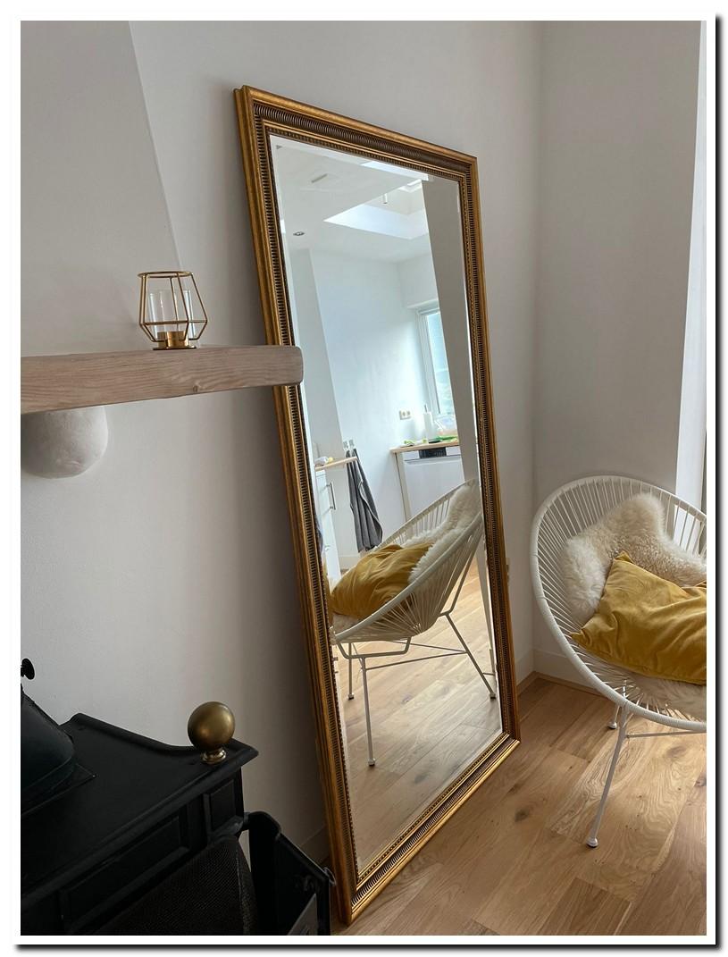 https://foto.barokspiegel.nl/cesarino/Grote-gouden-spiegel-op-vloer-in-woonkamer.jpg