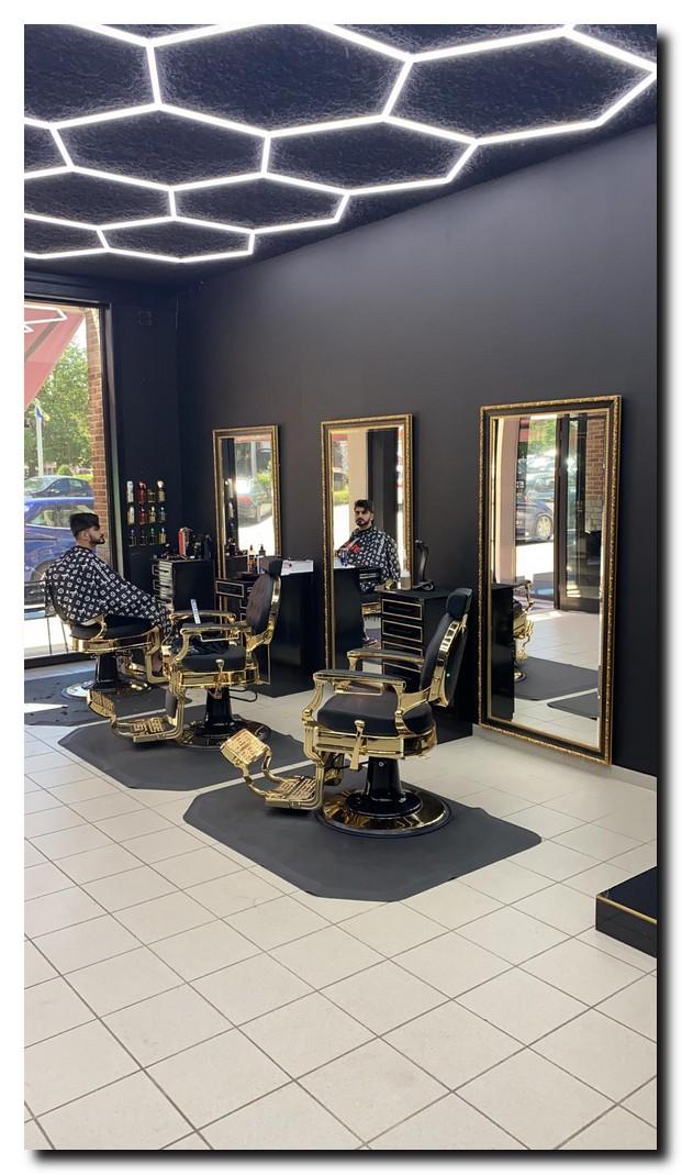 https://foto.barokspiegel.nl/ponzio/Barbershop-3-grote-spiegles-Kaan-de-barber-Belgi%C3%AB-zwart-gouden-spiegel-barok-grote-vloerspiegel.jpg.jpg